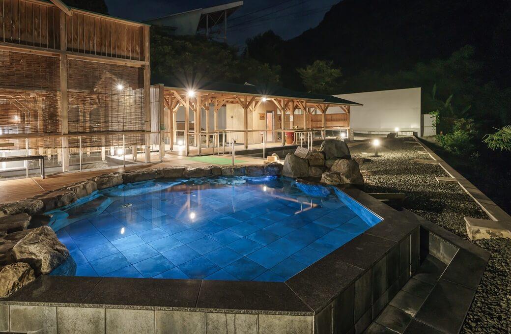 道後温泉から10分・西日本最大級の露天風呂の夜景